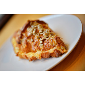Croissant cu brânză de capră și roșii