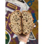 Pâine cu făină integrală de grâu şi seminţe de dovleac jumatate